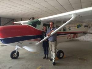 Jurjen Knigge (vader van Wilfred) is zelf een mission kid. Hij staat hier samen met zijn vrouw Hennie voor een vliegtuig van MAF op Teuge. Jurjen vloog in zijn jeugd op Papoea als passagier mee in een vliegtuig van dit type.