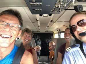 Met z'n zessen in het vliegtuig naar Ramingining
